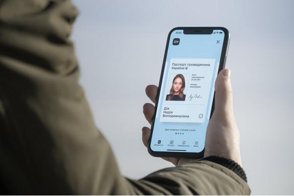 Електронні паспорти в Україні будуть офіційно прирівнюватись до паперових