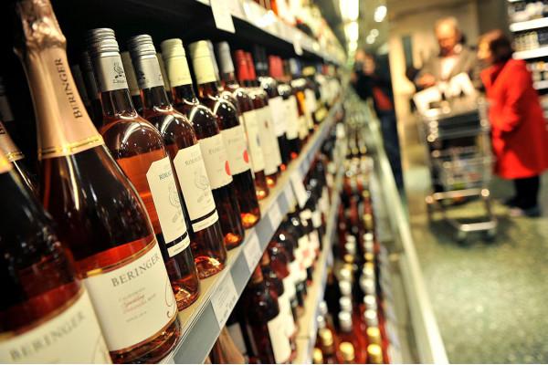 В Україні планують заборонити продаж алкоголю та тютюну у звичайних магазинах та супермаркетах